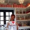"""Pom (65) runt het kleinste snoepwinkeltje van België: """"Leef jouw leven, maak je mooi, versier jezelf, breng kleur in je leven, letterlijk en figuurlijk! Iemand een snoepje?"""" ;-)"""